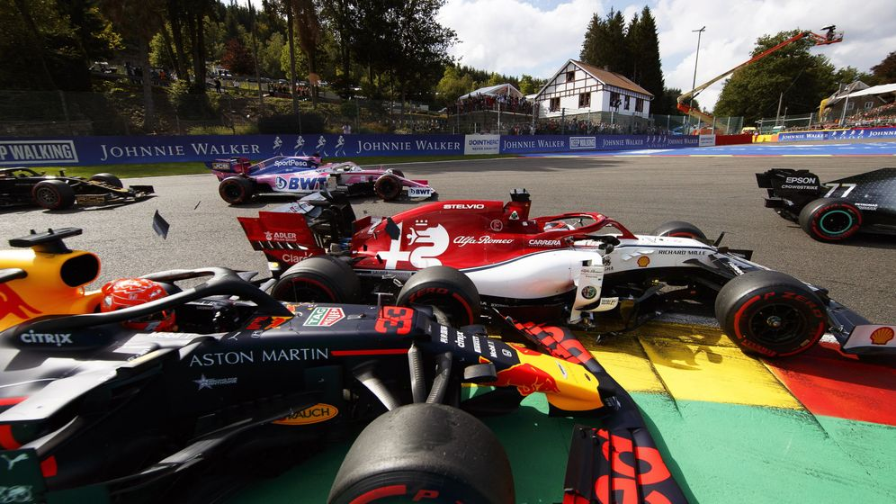 Foto: El toque que acabó con la carrera de Verstappen en Bélgica. (EFE)