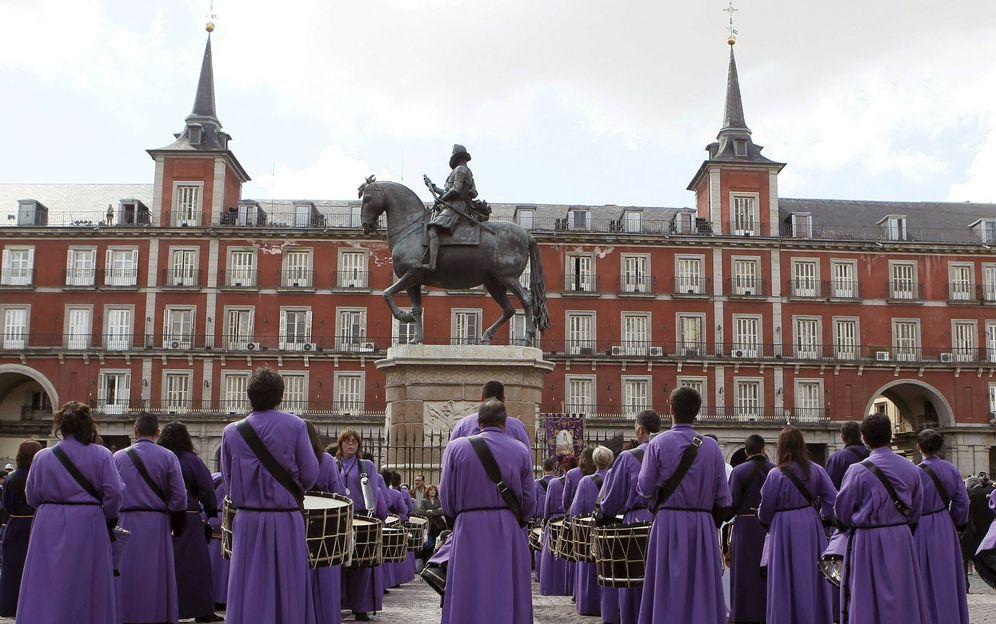 Foto: Tamborrada de Semana Santa en la Plaza Mayor de Madrid (EFE)