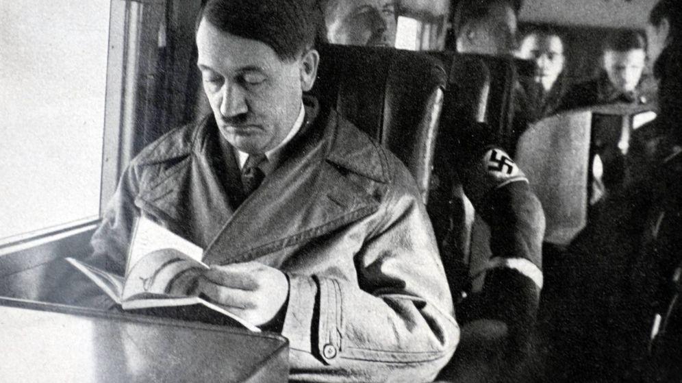 Foto: Hiler, revisando un libro durante un viaje en avión. (Reuters)
