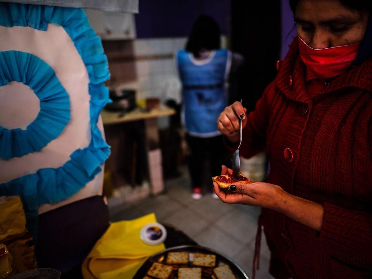 Foto: Una mujer prepara galletas con mermelada para darle a niños en un comedor comunitario, el 29 de julio de 2020, en Buenos Aires (Argentina) (EFE)