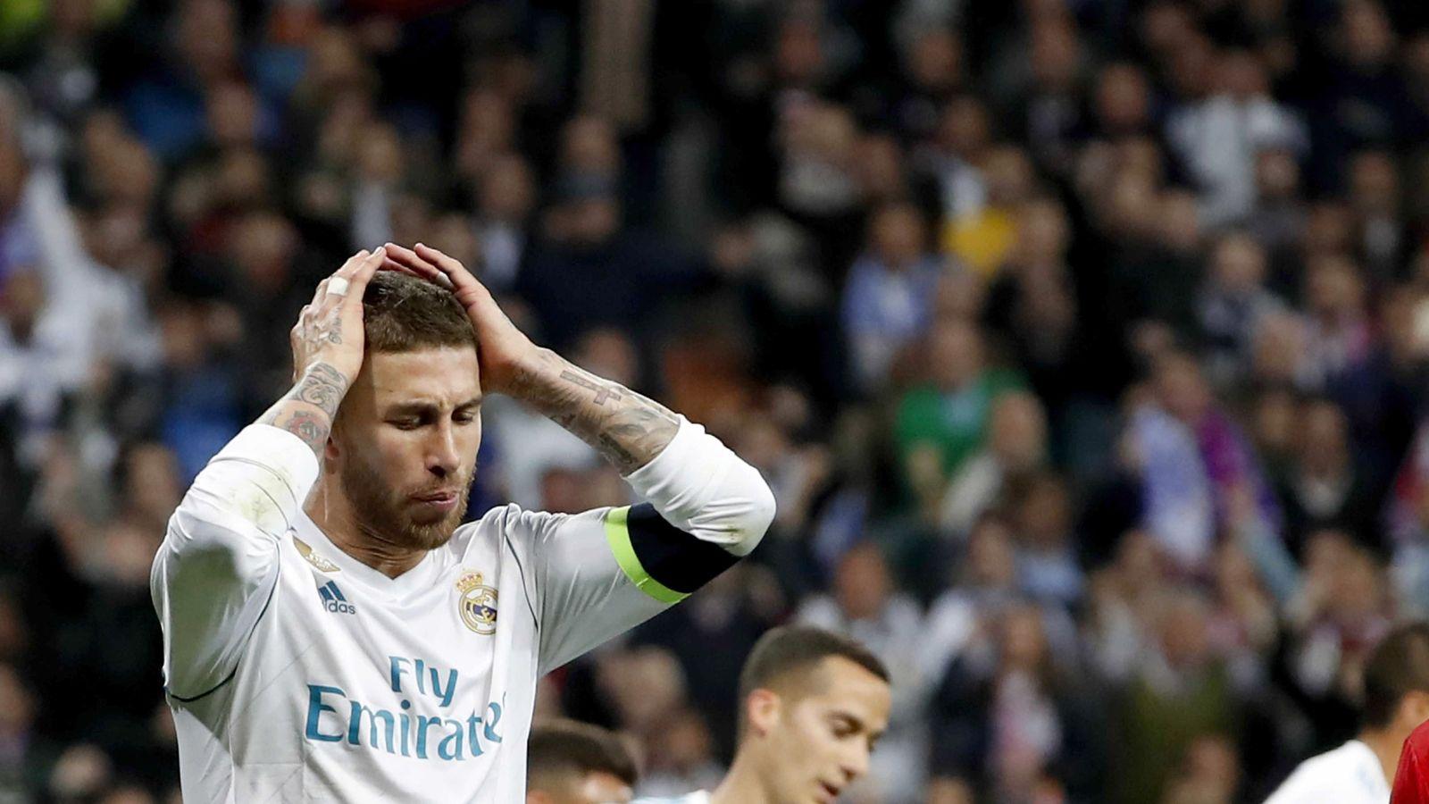 Foto: Sergio Ramos se lleva las manos a la cabeza tras una derrota del Real Madrid en la Liga. (EFE)