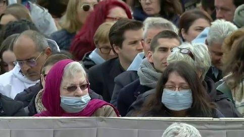 Las mascarillas llegan a la audiencia del Papa en la plaza de San Pedro