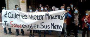Un grupo de personas realiza un escrache en casa de Víctor Madera, consejero delegado de Capio