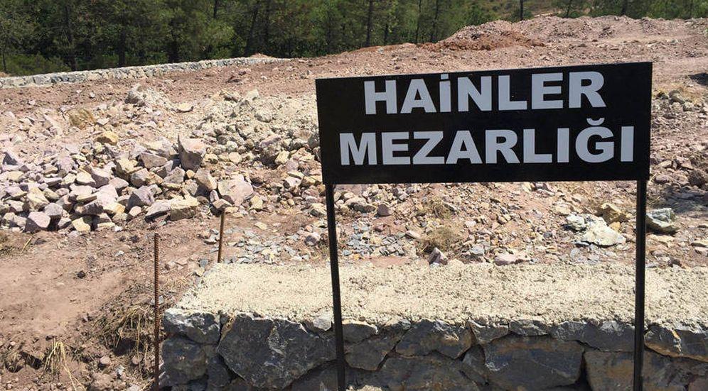 Foto: El cartel en turco que, hasta ayer, anunciaba la situación del Cementerio de los traidores.