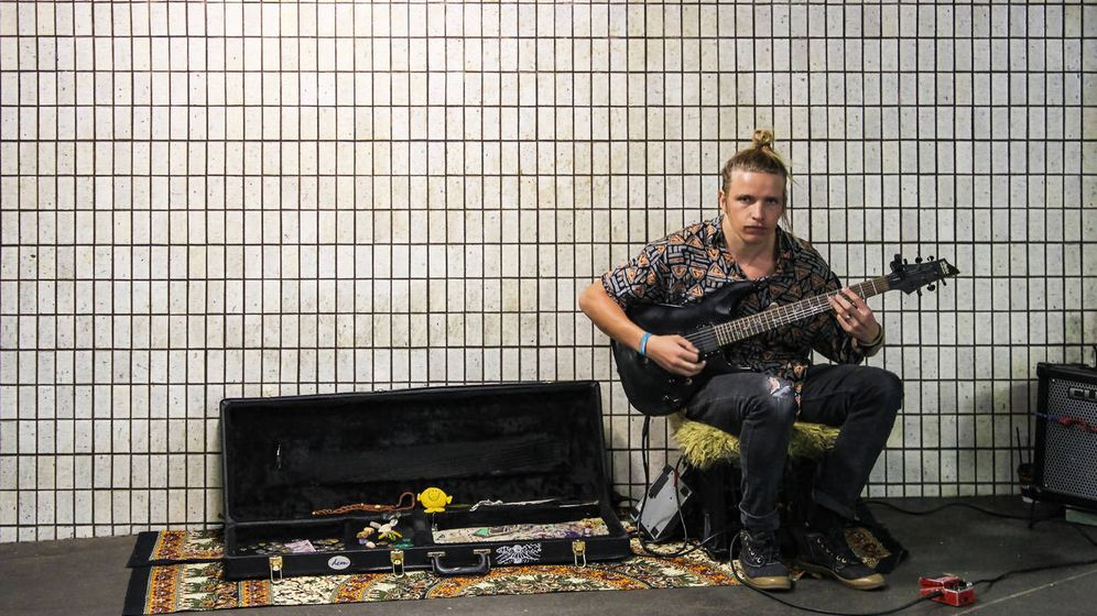 Foto: Un espécimen habitual: el que se va a tocar al metro para vivir la vida pobre en primera persona. (iStock)