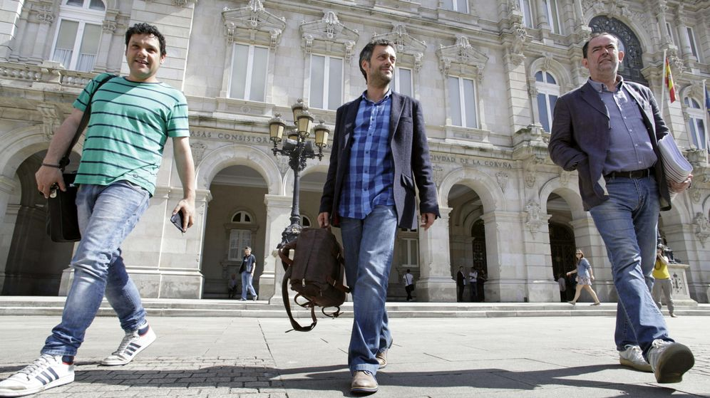 Foto: Xulio Ferreiro, próximo alcalde de A Coruña, en la plaza María Pita acompañado por dos asesores. (EFE)