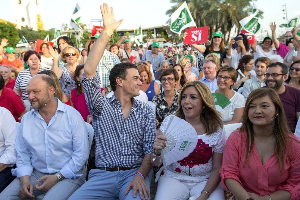 Foto: Antonio Pradas, Pedro Sánchez, Susana Díaz y Verónica Pérez, este 24 de junio en el cierre de campaña del PSOE en el Muelle de las Delicias de Sevilla. (EFE)