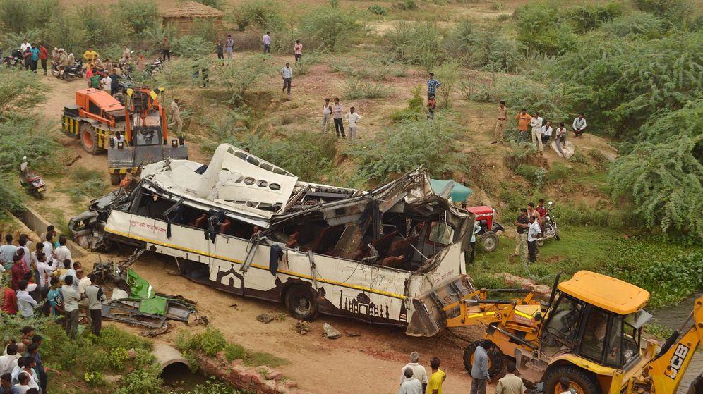Foto: Acciones de rescate tras el accidente de autobús en la India. (EFE)