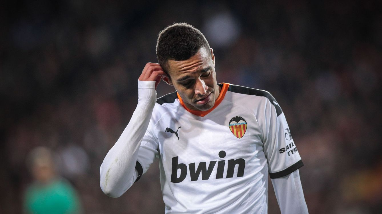 Foto: Rodrigo, cabizbajo, durante un partido con el Valencia. (Efe)