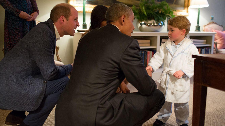 Foto: El príncipe George saludando al matrimonio Obama en el palacio de Kesington