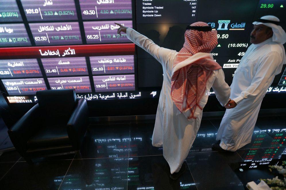 Foto: Inversores observan las cotizaciones en un panel en la Bolsa de Riad, el 12 de noviembre de 2014 (Reuters).