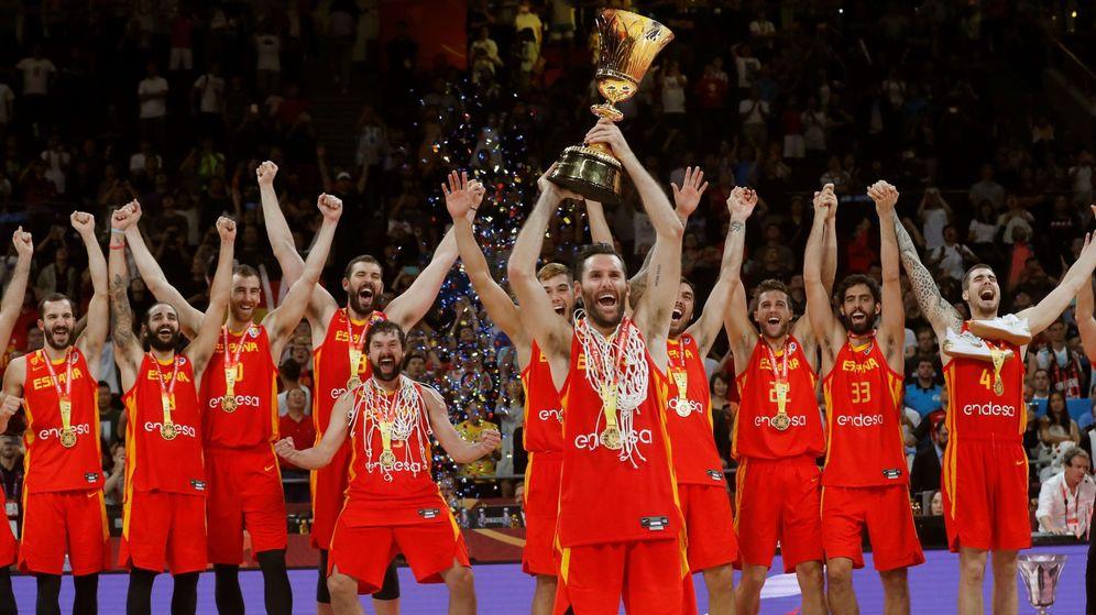 Foto: Rudy Fernández levanta el Trofeo Naismith tras la victoria de España en la final del Mundial de baloncesto. (EFE)