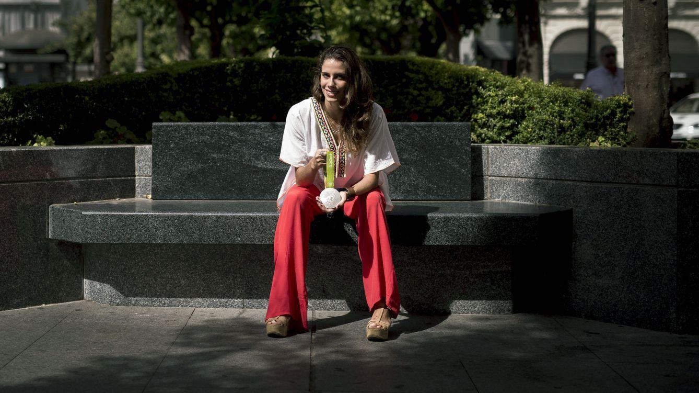 Foto: Lourdes Mohedano, con su medalla olímpica en un parque de Córdoba. (EFE)