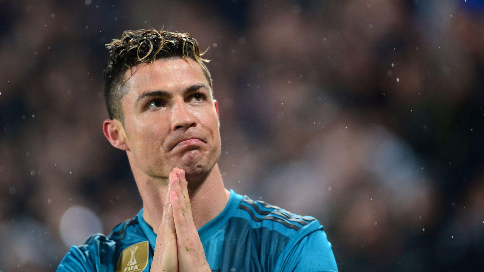 Foto: Cristiano agradece la ovación del público de Turín tras su chilena. (EFE)