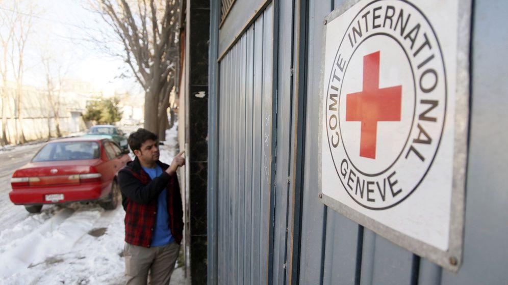 Foto: Un hombre permanece ante la entrada de una oficina del Comité Internacional de la Cruz Roja (CICR) en Kabul, Afganistán. (EFE)