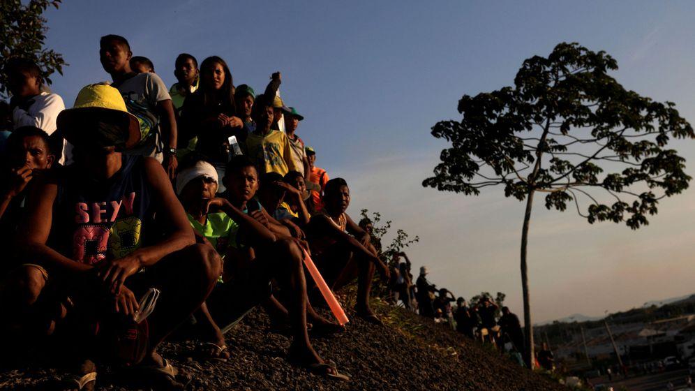 Foto: Venezolanos esperando en la frontera con Brasil, en Paracaima. (Reuters)