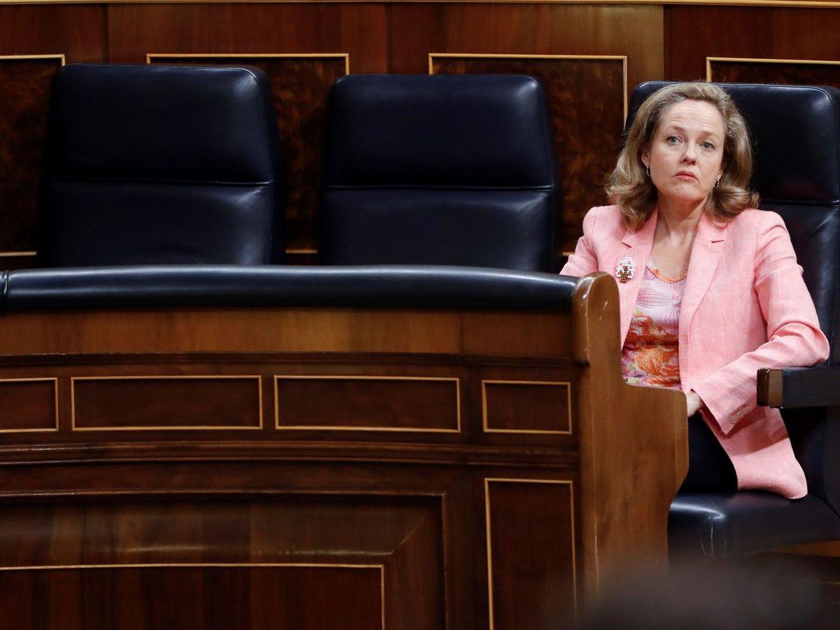 Foto: La vicepresidenta económica del Gobierno, Nadia Calviño, en el Congreso. (EFE)
