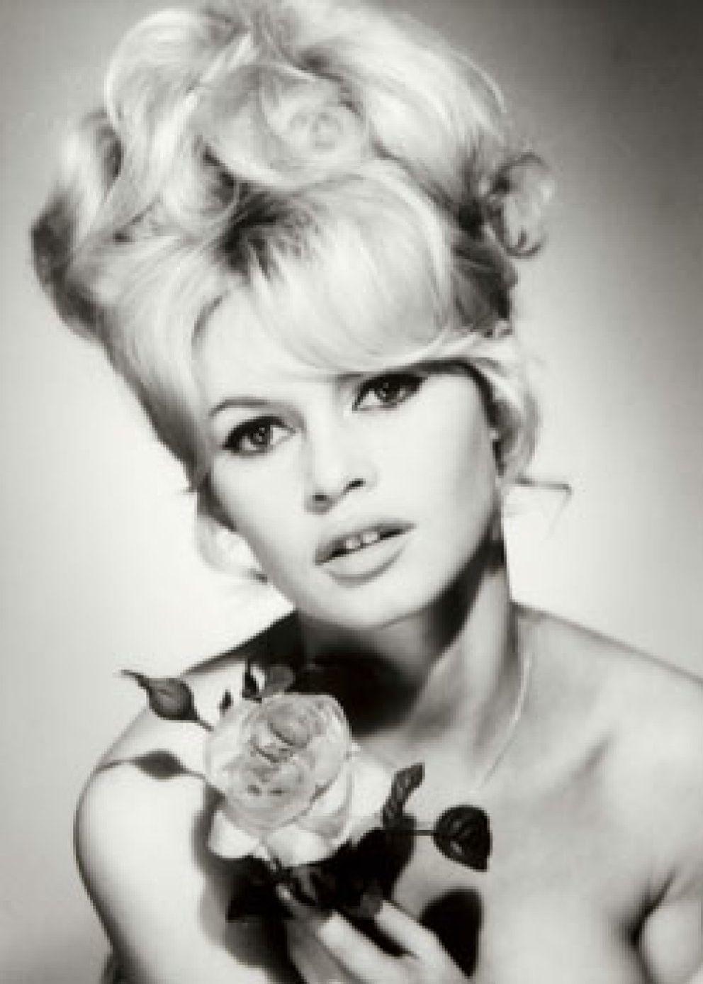 Foto: Torremolinos chic (y II): Brigitte Bardot pasea descalza por la 'isla'