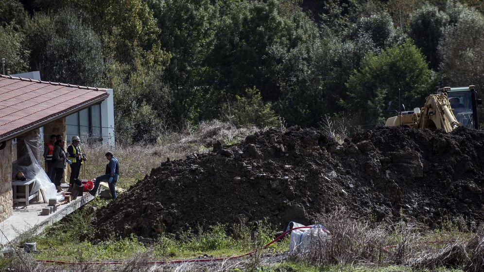 Foto: Imagen del corrimiento de tierras que sepultó a dos trabajadores en la localidad vizcaína de Mungía. (EFE)