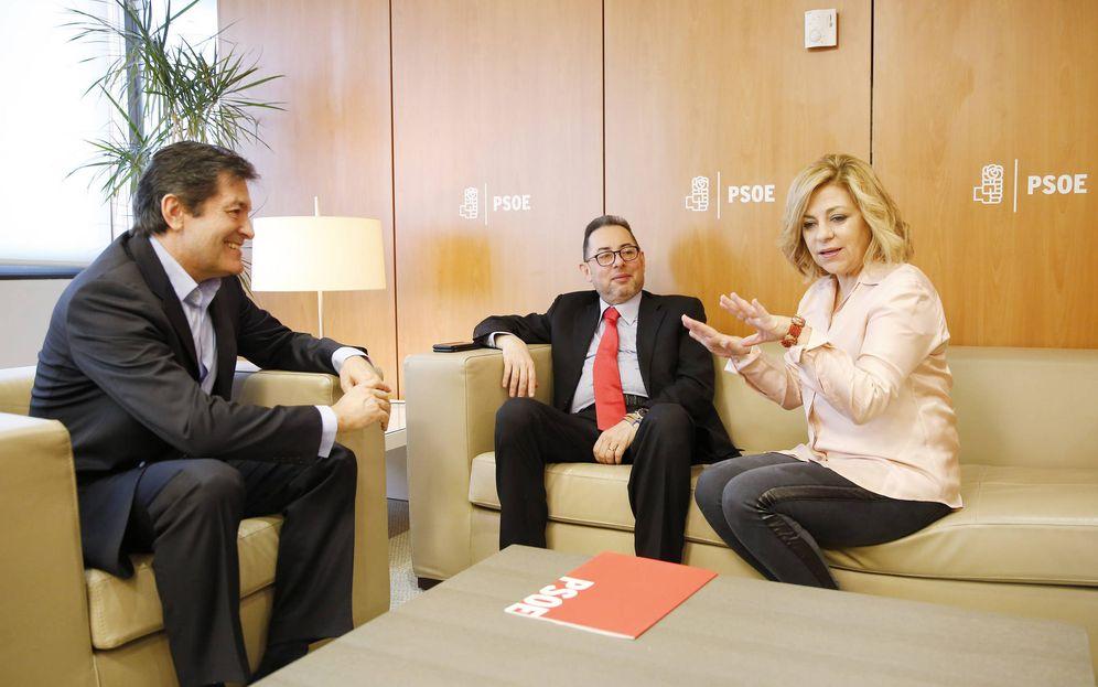 Foto: Elena Valenciano, con el líder de S&D, Gianni Pittella, y el entonces jefe de la gestora del PSOE, Javier Fernández, el 20 de febrero de 2017 en Ferraz. (Inma Mesa | PSOE)