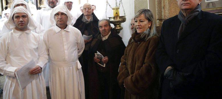 Foto: El ministro de Interior, Jorge Fernández Díaz (d), asiste a la procesión del Santo Entierro de Bercianos de Aliste. (EFE)