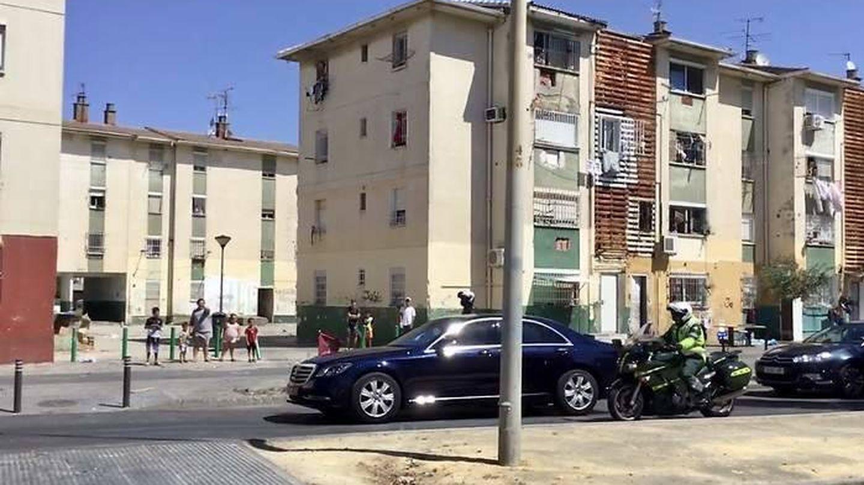 Los Reyes, en su visita a las Tres Mil Viviendas de Sevilla. (J. L. Losa)