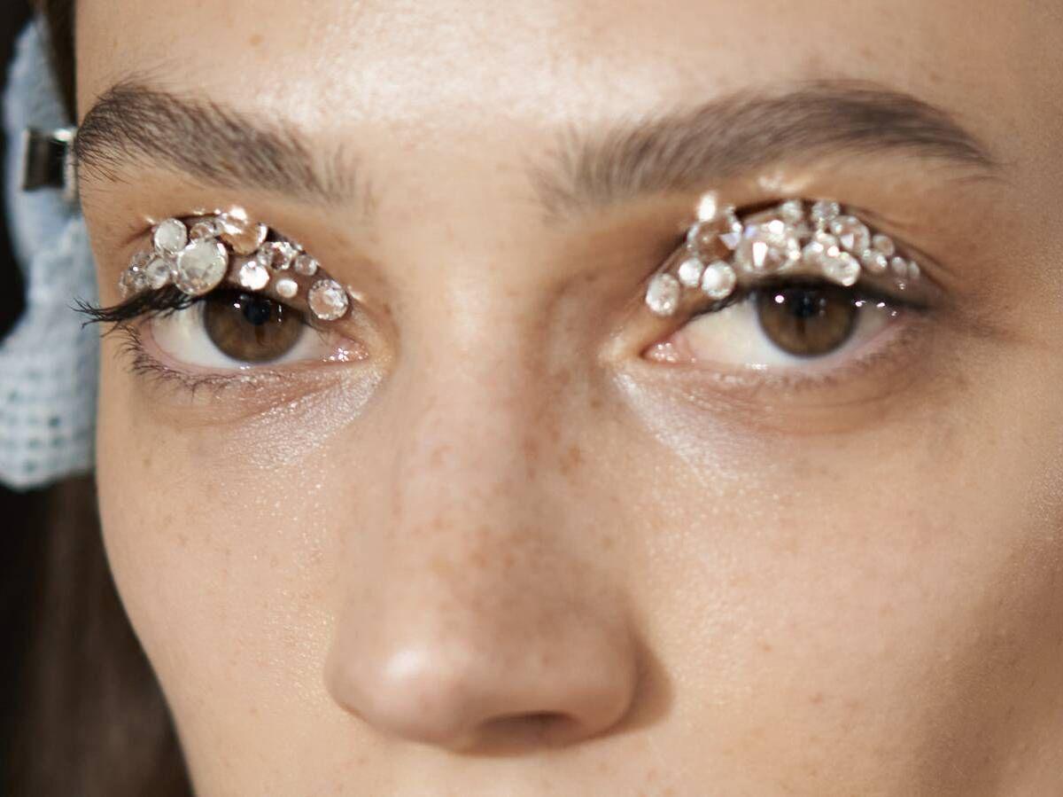 Foto: Maquillaje con aplicaciones brillantes en el desfile de Coperni. (Imaxtree)