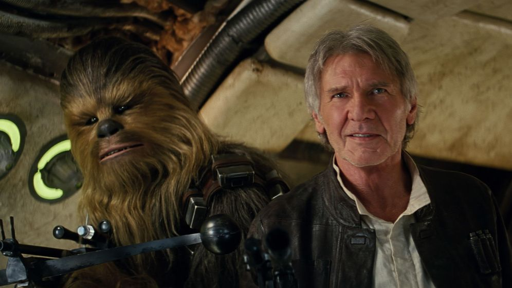 Foto: Peter Mayhew como Chewbacca y Harrison Ford (Han Solo). Foto (Film Frame©Lucasfilm 2015)