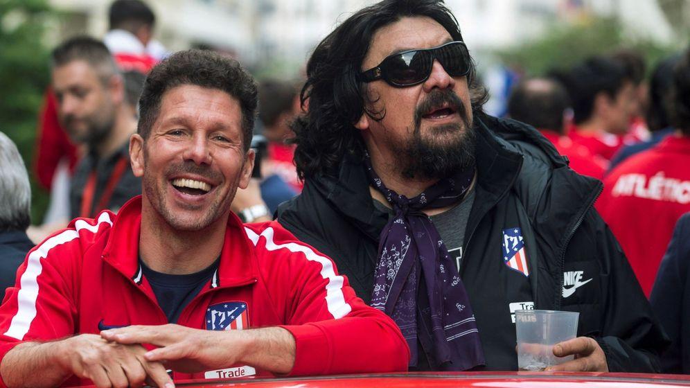 Foto: Simeone, junto al Mono Burgos, en la celebración por la Liga Europa ganada por el Atlético de Madrid. (EFE)