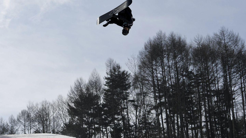El esquiador suizo Iouri Podladtchikov compite en la ronda clasificatoria masculina de la prueba de snowboard estilo libre disputada en Pyeongchang (Dan Himbrechts / EFE)