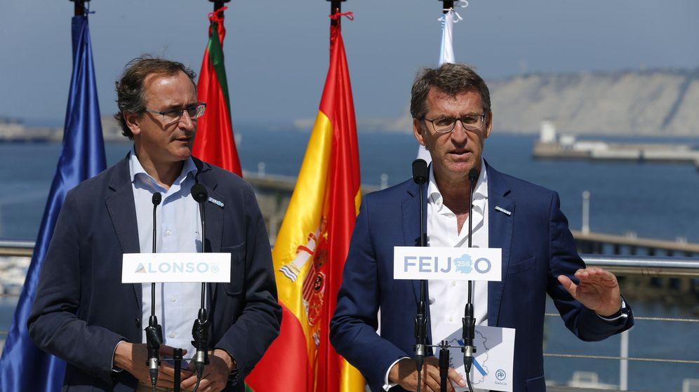 Foto: El presidente de la Xunta de Galicia, Alberto Núñez Feijóo (d), y el exministro Alfonso Alonso. (EFE)