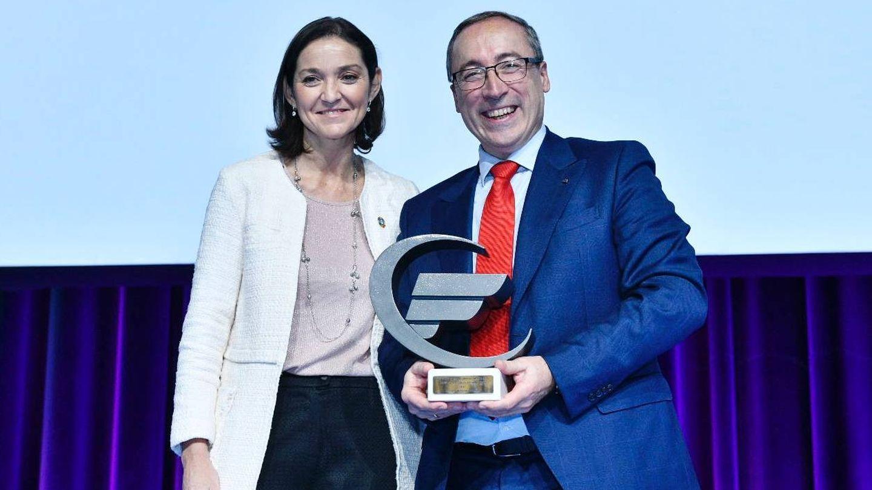 Junto a la ministra reyes Maroto recibiendo el premio como la marca más valorada por los concesionarios en 2019.