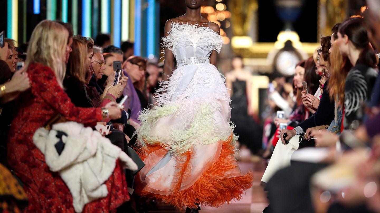 Una modelo muestra una creación de la colección de alta costura primavera-verano 2019 del diseñador galo Bertrand Guyon para la firma Schiaparelli. (EFE)
