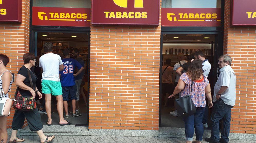 Foto: Numerosos franceses aguardan a comprar tabaco en un estanco de la frontera de Irún. (J. M. A.)