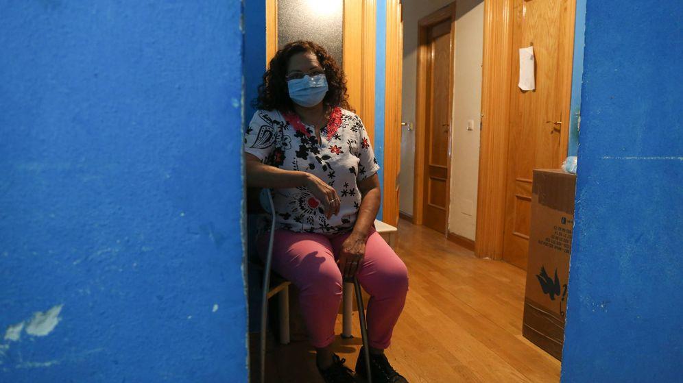 Foto: Eugenia Villalba, en la zona común del piso que comparte con otras seis personas en Madrid. (David Brunat)