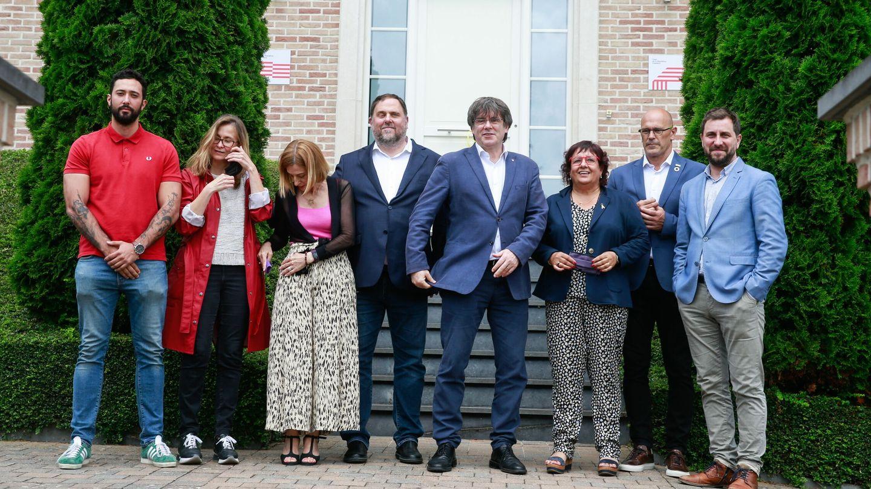 Los líderes separatistas catalanes y el rapero catalán Valtònyc, antes de una reunión en la Casa de la República en Waterloo. (EFE)