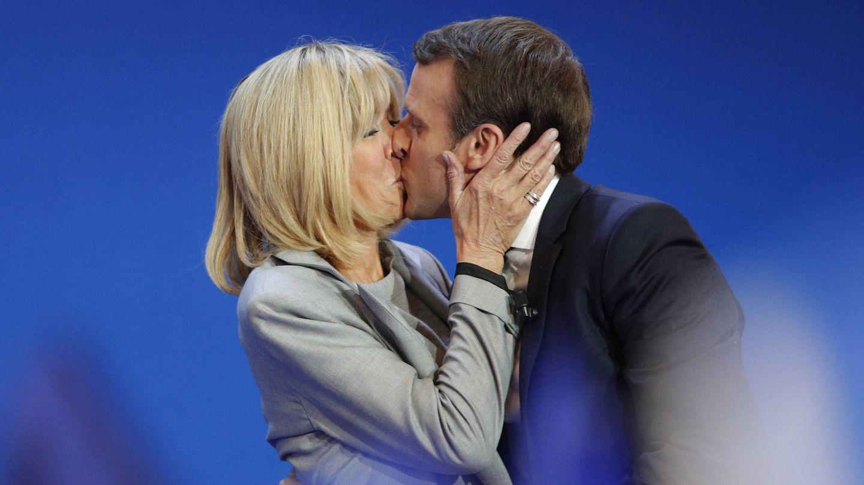 La pareja besándose este domingo. (Gtres)