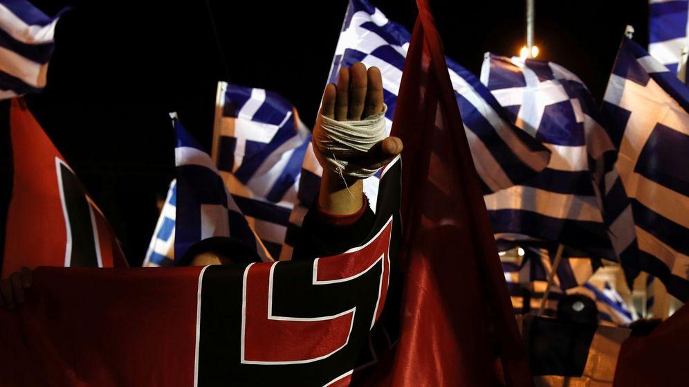 Foto: Un partidario de Amanecer Dorado hace el saludo nazi en una manifestación. (Reuters)