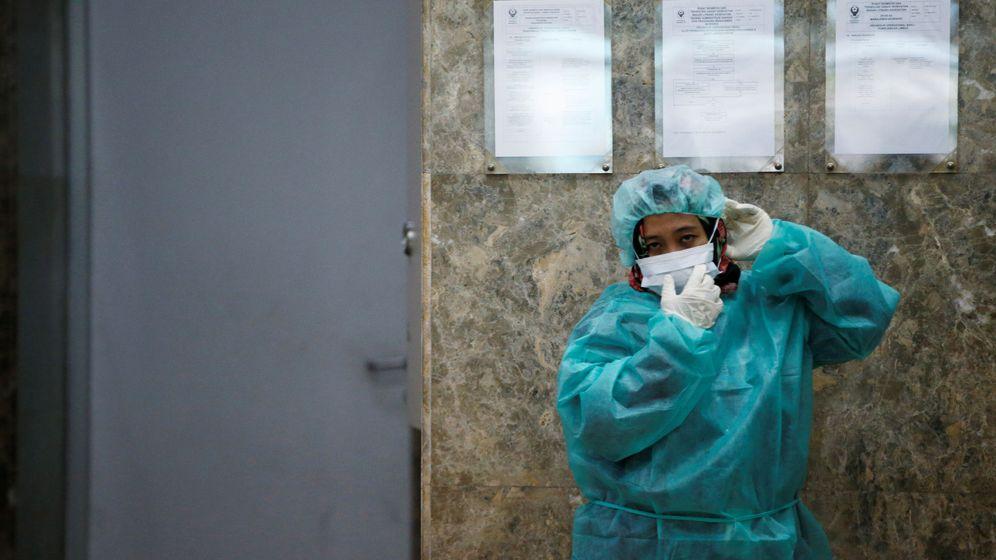 Foto: Un periodista se protege durante una visita al laboratorio de Salud de Indonesia en Jakarta durante el brote de coronavirus (Reuters)