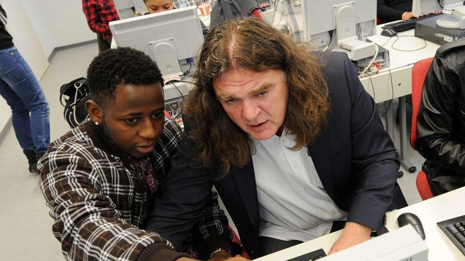 Foto: Michael Stenger con uno de los alumnos de SchlaU-Schule. (Tz)