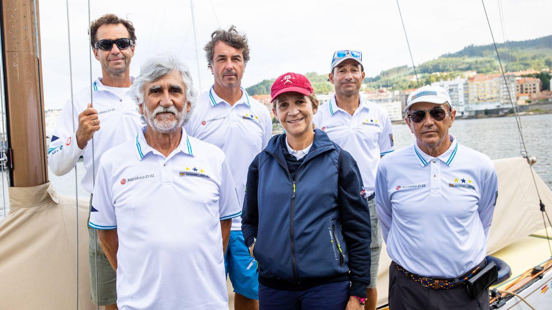 Foto de familia de la infanta Elena con la tripulación del Bribón 500. (©SailingShots by María Muiña Photography)