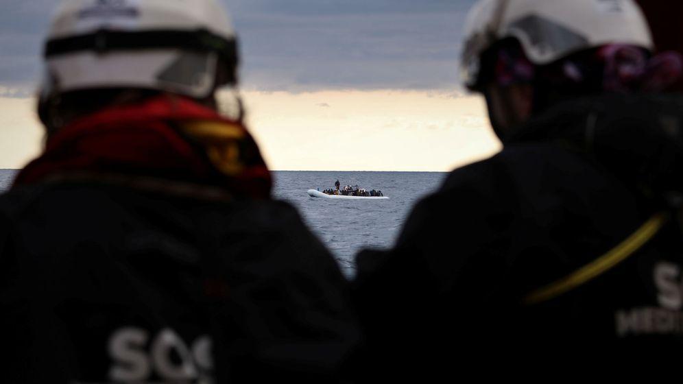 Foto: Rescatistas de SOS Mediterranée en el Ocean Viking. (Reuters)