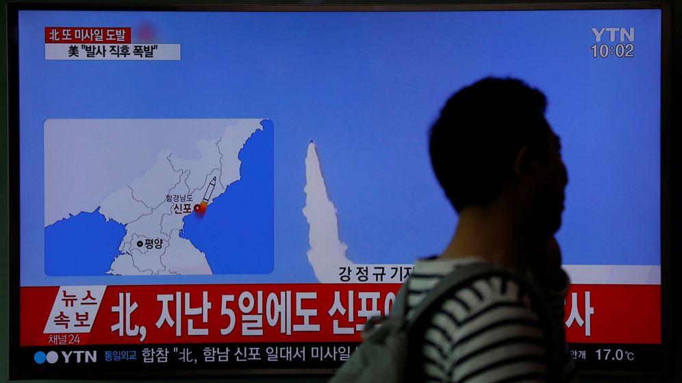 Foto: Una persona pasa frente a una pantalla en Seúl mientras se informaba sobre el fallido intento de lanzamiento del misil. (Reuters)