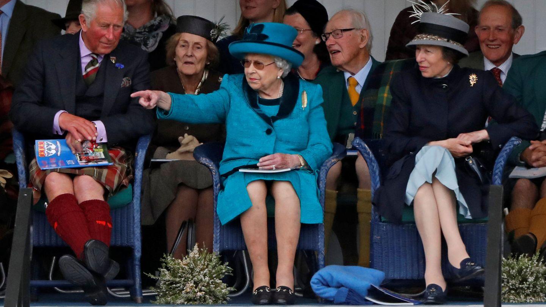 La reina con Carlos y Ana. (Reuters)
