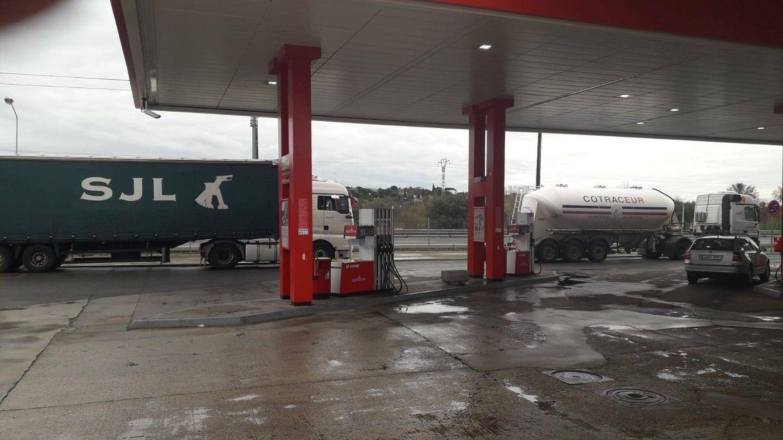 Foto: Camiones en una gasolinera.