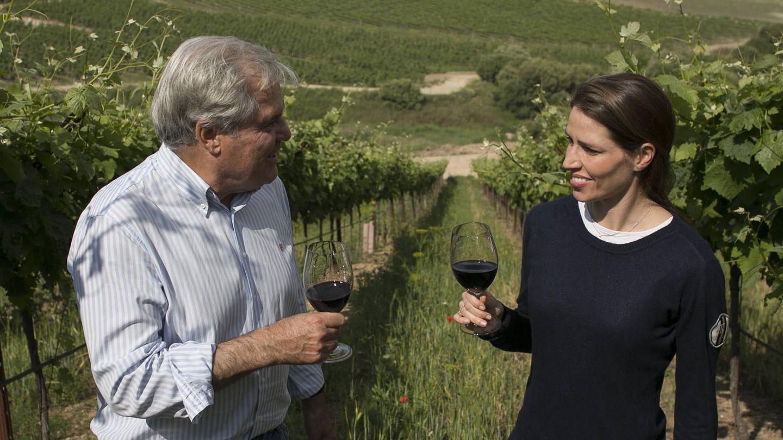 Richard Golding, dueño de las bodegas Tesalia, con su hija Natalie en los viñedos de Arcos de la Frontera.