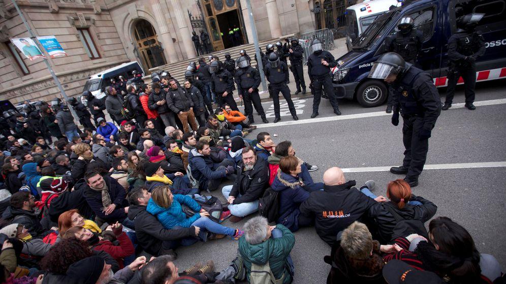 Foto: Los Mossos durante una manifestación de los CDR. (Reuters)