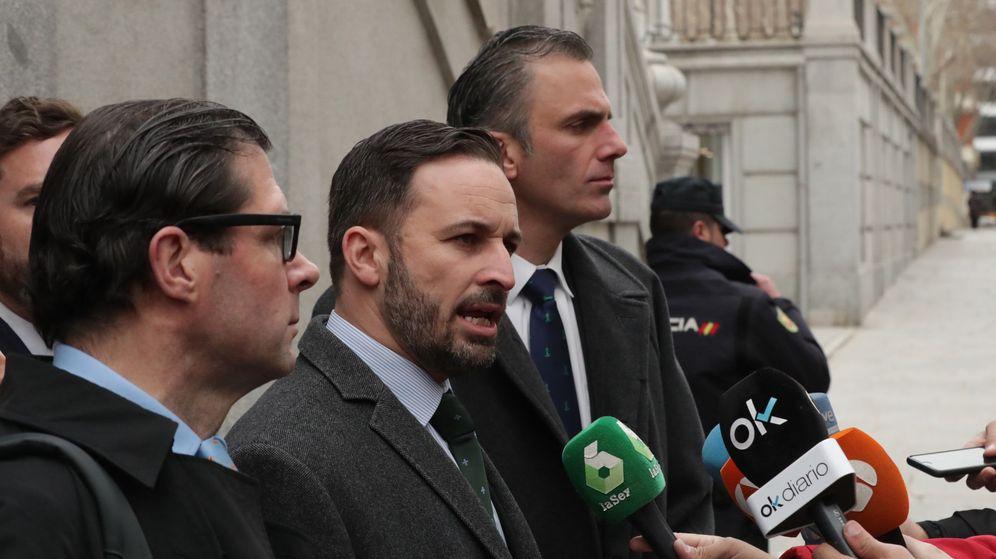 Foto: El presidente de Vox, Santiago Abascal (c), acompañado del secretario general, Javier Ortega Smith-Molina (dcha), y el vicesecretario jurídico, Pedro Fernández. (EFE)