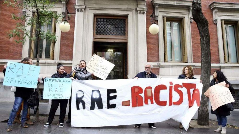 Foto: Miembros del colectivo gitano piden una RAE menos racista (EFE)