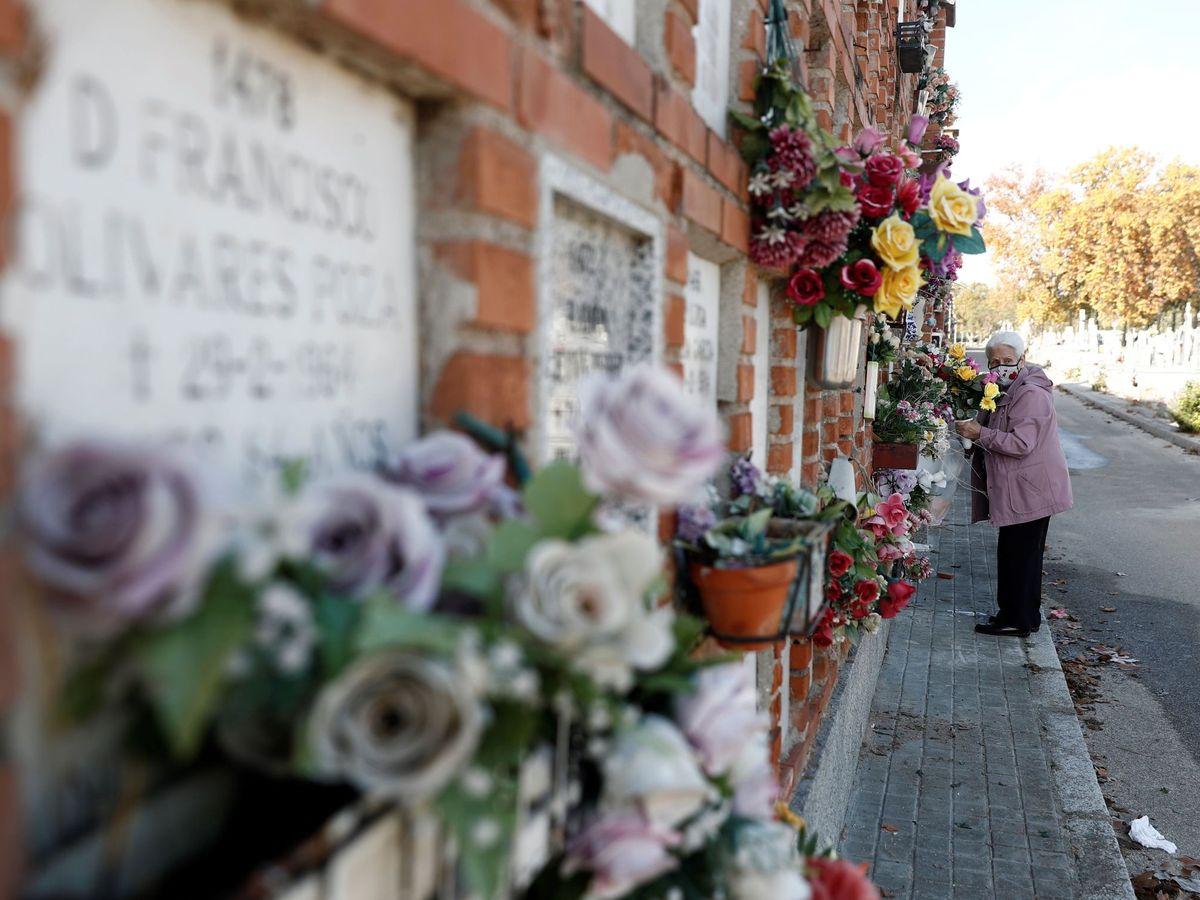 Foto: Una mujer visita la tumba de sus familiares en el cementerio de la Almudena. (EFE)